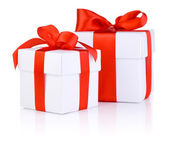 Duas caixas brancas amarradas com um vermelho da fita de cetim isolada na whit — Foto Stock