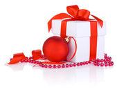 Witte dozen gebonden met een rode satijnen lint boog, kerstmis bal en — Stockfoto
