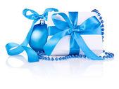 Presente de natal com bola azul, laço de fita e contas isoladas em — Foto Stock