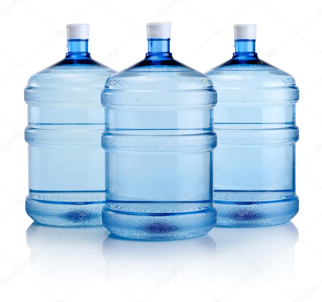 Tr s garrafas grandes de gua isolado em um fundo branco for Bidones para agua