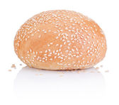 Round sandwich bun with sesame seeds isolated on white backgroun — Stock Photo