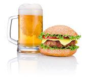 Hamburger en mok bier geïsoleerd op witte achtergrond — Stockfoto