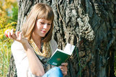 The girl reads outdoors — Stock Photo