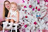 La fille aux parents dans le sapin de noël avec des cadeaux — Photo