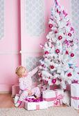 在圣诞节杉木树与礼物女孩 — 图库照片