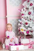 La jeune fille au sapin-sapin de noël avec des cadeaux — Photo