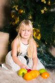 La ragazza sotto l'abete di Natale — Foto Stock