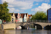 Flemish houses and bridge over canal in Brugge, Belgium — Foto de Stock