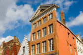 Facade of flemish houses and canal in Brugge — Stock Photo