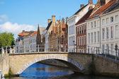 Fachada do canal em brugge e casas flamengas — Fotografia Stock