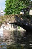 Puente medieval sobre el canal en brujas, bélgica — Foto de Stock