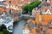 Tetti di case fiamminghe e canal a bruges, belgio — Foto Stock