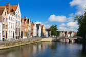 Facade of flemish houses and canal in Brugge — Foto Stock