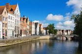 Facciata di case fiamminghe e canal in brugge — Foto Stock