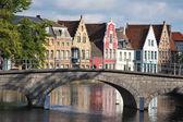 Fachada do canal em brugge e casas flamengas — Foto Stock