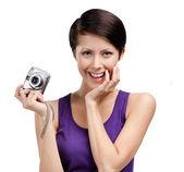 Dívka drží amatérské ruční kamera — Stock fotografie
