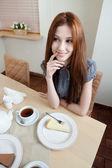 Mujer es en el restaurante — Foto de Stock