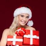 piękna pani w Boże Narodzenie czapka posiada zestaw prezentuje — Zdjęcie stockowe