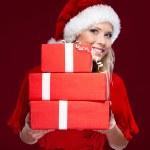 atrakcyjna kobieta w Boże Narodzenie WPR ręce zestaw prezentuje — Zdjęcie stockowe