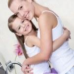 madre e figlia abbracciano in bagno — Foto Stock
