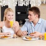 mąż i żona jeść w kuchni — Zdjęcie stockowe
