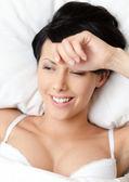 Schlafende frau in das doppelbett — Stockfoto