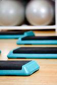 步板和健身房球 — 图库照片