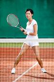 テニスコートで美しいスポーツウーマン — ストック写真