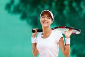 Deportista exitosa con la raqueta en la cancha de tenis — Foto de Stock