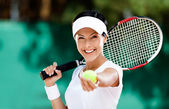 Woman serves tennis ball — Foto de Stock
