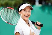 Tennisspielerin mit handtuch auf ihren schultern — Stockfoto