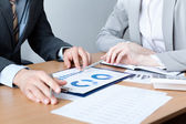 Two business discuss meeting targets — Stock Photo