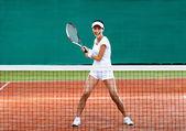 спортсменка играет в теннис — Стоковое фото