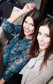 Geluk van twee meisjes met lang donker haar — Stockfoto