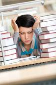 本に囲まれた美しい女性に疲れて — ストック写真