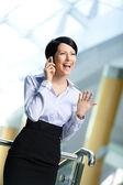 Affärskvinna i business passa samtal på telefon — Stockfoto