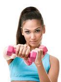 Atletica giovane donna lavora con pesi — Foto Stock