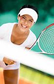 Sportiga kvinnan i sportkläder spela tennis — Stockfoto