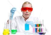 Kobieta lekarz analizuje niektóre ciecze — Zdjęcie stockowe
