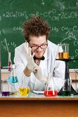 šílený profesor klade na bílé gumové rukavice — Stock fotografie