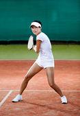 Junge weibliche spielfigur auf dem tennisplatz ton — Stockfoto
