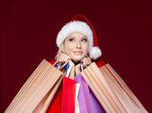 Mulher em tampão de natal as mãos pacotes — Foto Stock