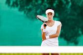 年轻运动员的球拍在网球场 — 图库照片