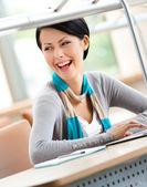 Mujer que trabaja en la computadora portátil — Foto de Stock