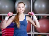 Mulher linda atleta malhando com halteres — Fotografia Stock