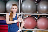 Young athlete woman in sportswear holds a water bottle — Stock Photo