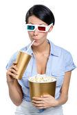 Chica de gafas 3d de beber bebidas con palomitas de maíz — Foto de Stock