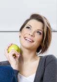 Woman eats a green apple — Stock Photo