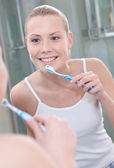 Beautiful woman cleans her teeth — Stock Photo