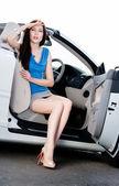 симпатичная женщина сидит в машине с открылась дверь — Стоковое фото
